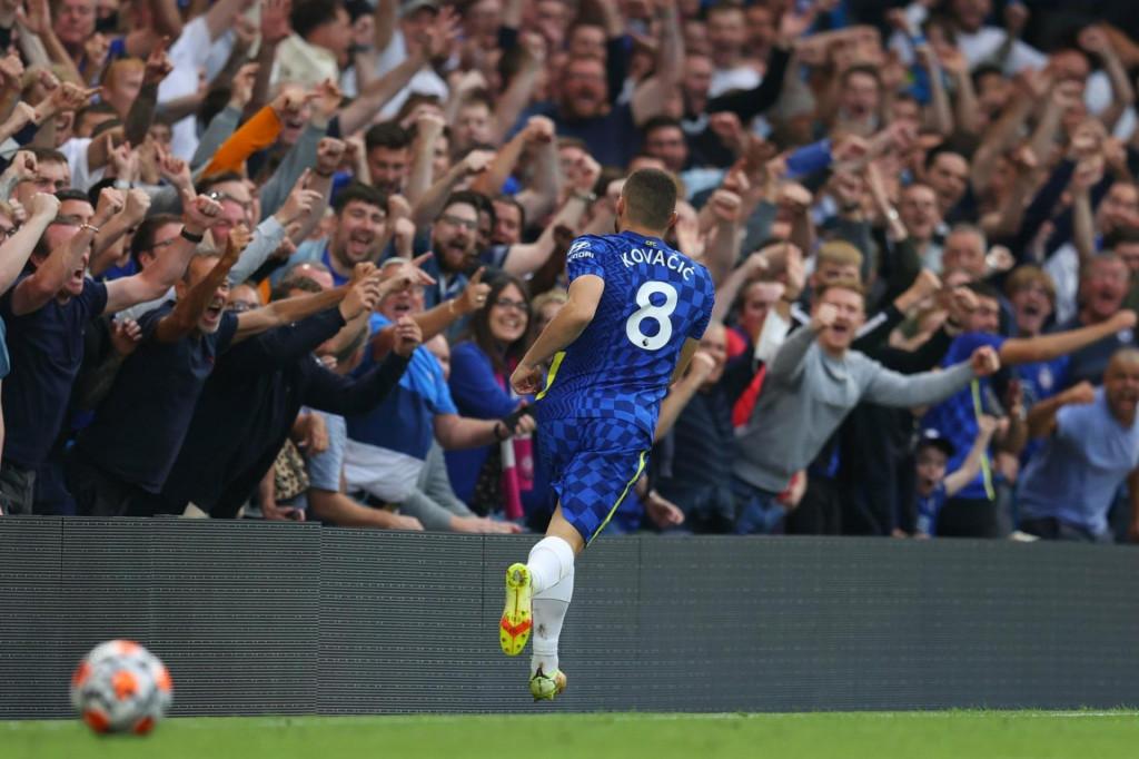 <p>Mateo Kovačić slavi s navijačima Chelseaja</p>