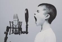 <p>Dječak koji pjeva na mikrofon</p>