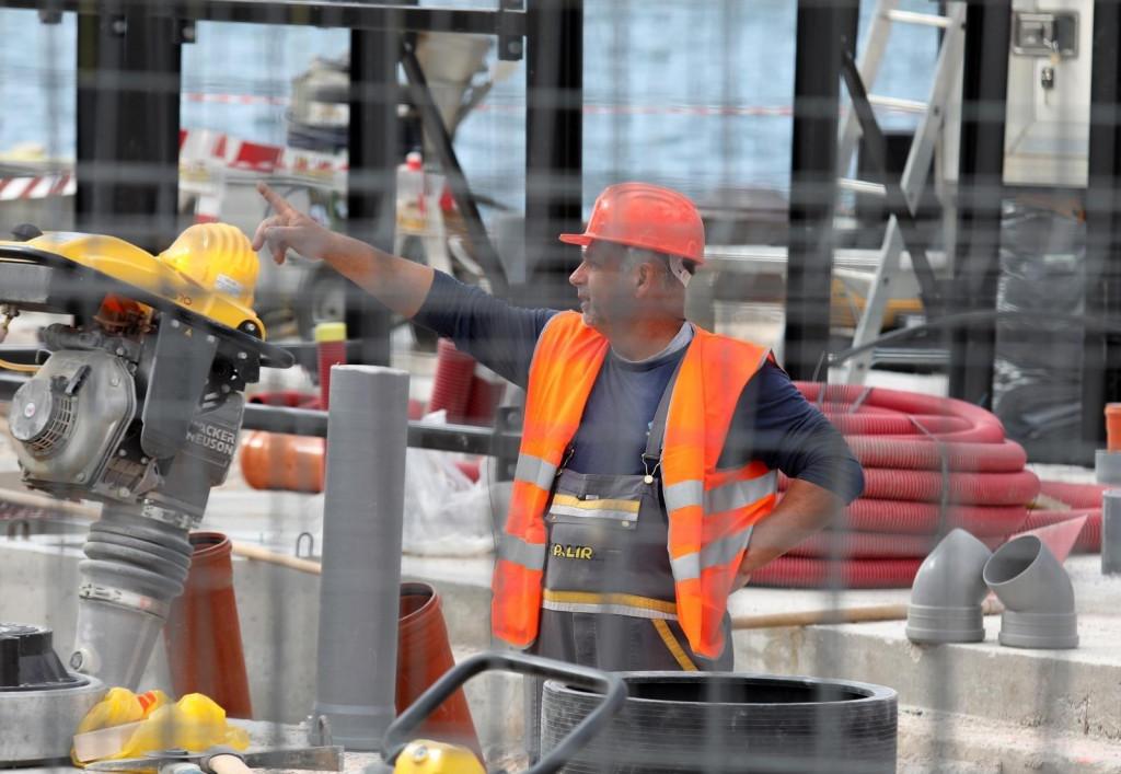 <p>07.05.2021., Sibenik - Na rivi su u tijeku radovi na rekonstrukciji i obnovi Inine benzinske crpke. Gradjevinari kazu da se radi punom parom kako bi benzinska crpka pocela s radom 01.07. ove godine. Photo: Dusko Jaramaz/PIXSELL</p>