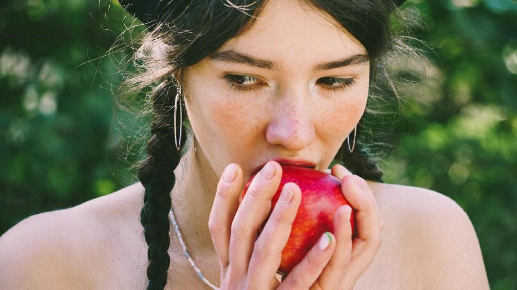 <p>Djevojka s jabukom</p>