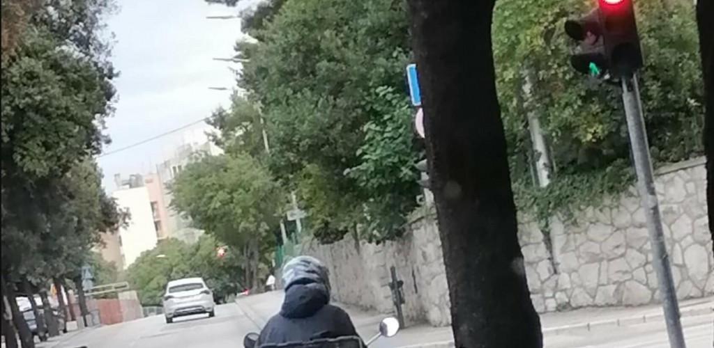 <p>Fotka tipa iz Dalmacije koji čeka zeleno na semaforu nasmijala Fejs</p>
