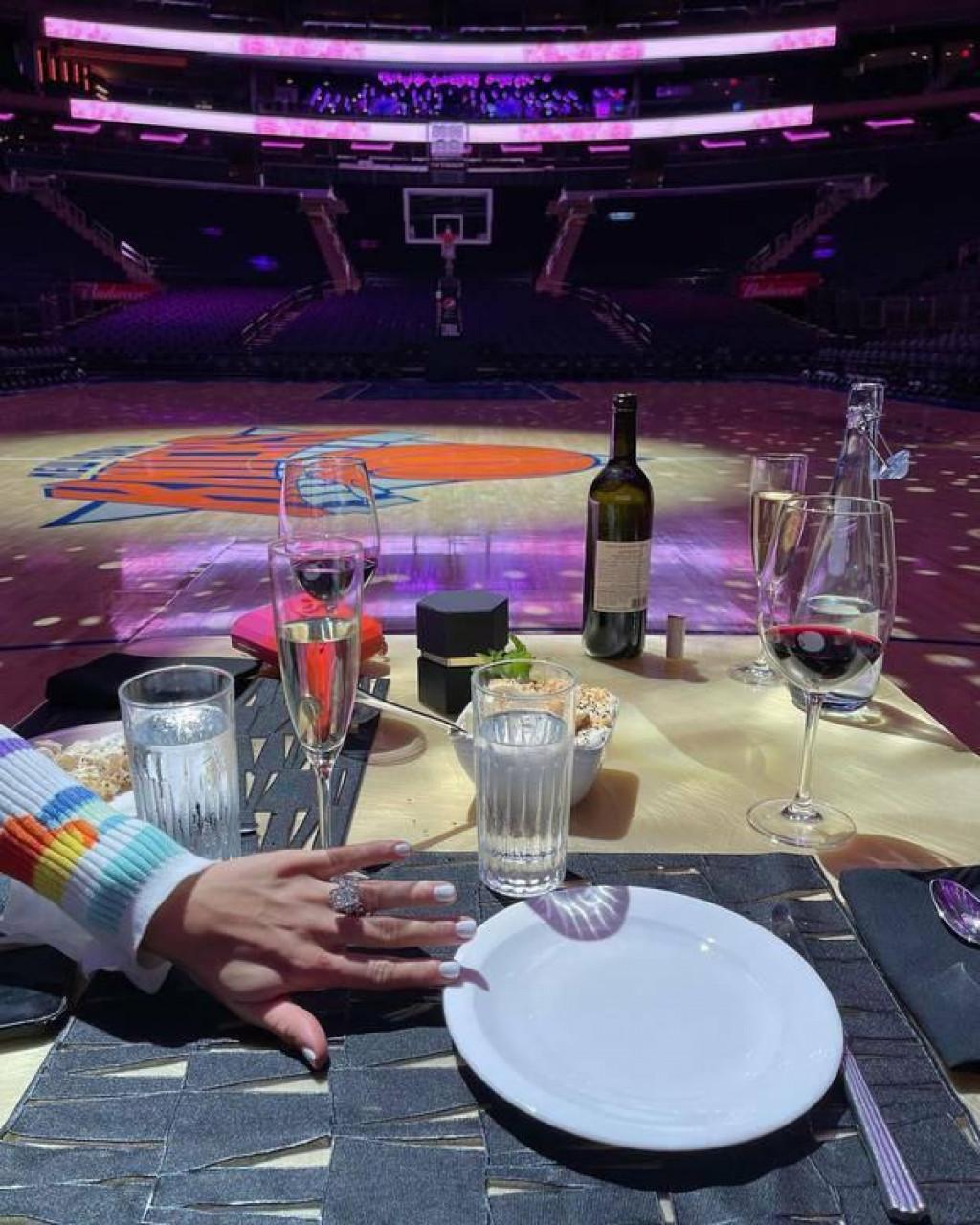 <p>NBA zvijezda zaprosila djevojku na parketu</p>