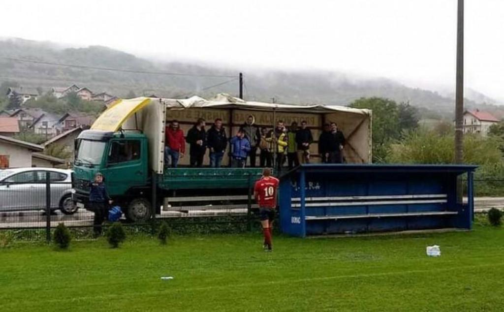 <p>VIP loža s bh. stadiona je hit: Ušli u kamion, digli ceradu pa bodrili klub</p>