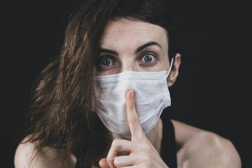 <p>Žena s maskom na licu</p>