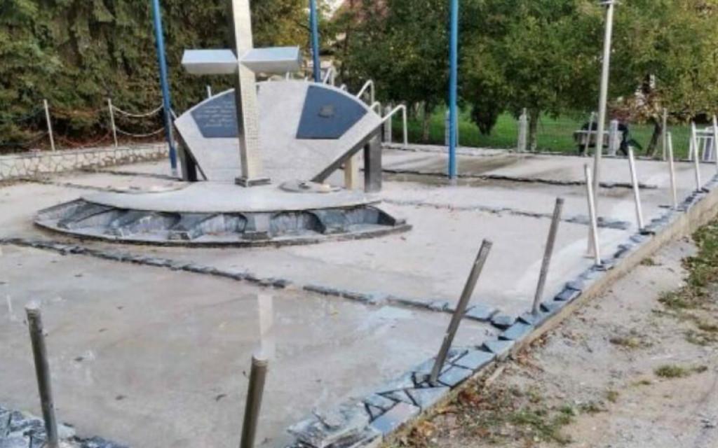 <p>Oštećeni spomenik</p>