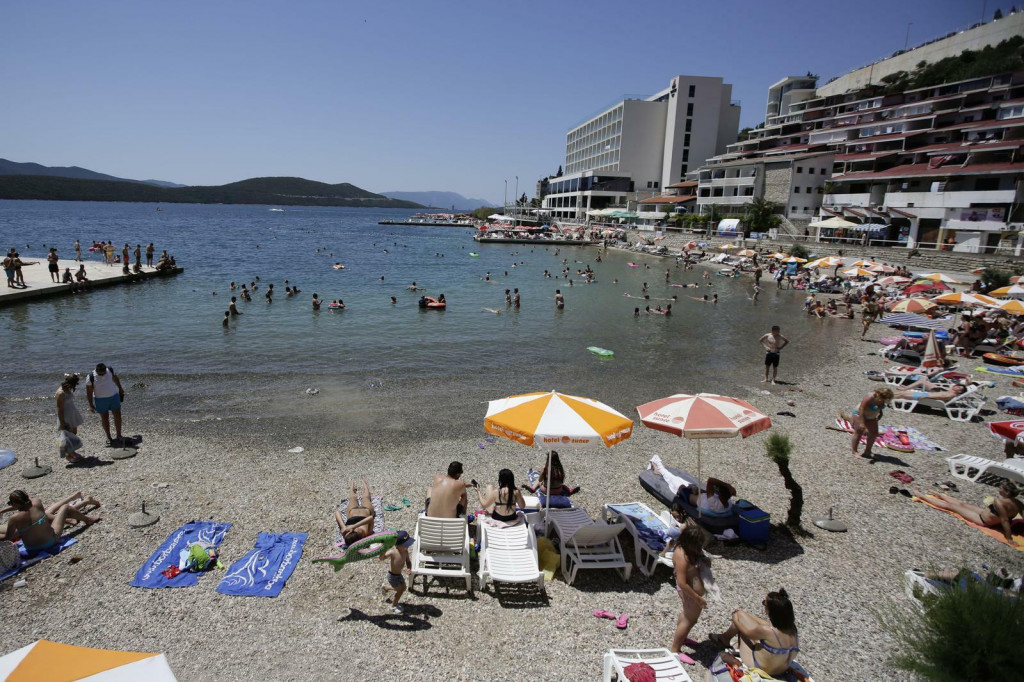 <p>Neum - Gradjani Bosne i Hercegovine napunili plaze. Photo: Denis Kapetanovic /PIXSELL</p>